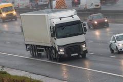 在行动的卡车在多雨天气 免版税库存照片