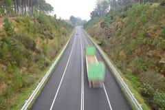 在行动的卡车在高速公路 免版税库存图片