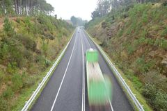 在行动的卡车在高速公路 免版税库存照片