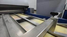 在行动的印刷品折叠的机器 影视素材