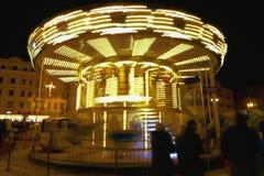 在行动的发光的黄色儿童` s转盘,在晚上 库存照片