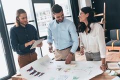 在行动的合作 小组年轻确信的商人 免版税库存图片