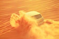 在行动的四轮推进汽车在一次沙漠徒步旅行队旅行在2017年7月21日的迪拜阿拉伯联合酋长国 免版税库存照片