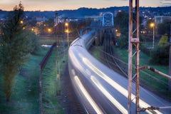 在行动的夜间列车 免版税库存图片