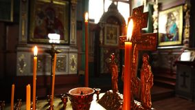 在行动的录影射击 教会蜡烛、耶稣受难象和象特写镜头 股票视频