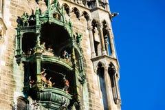 在行动的慕尼黑Rathaus铁琴在天在德国 免版税库存图片