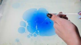 在行动的抽象油漆墨水 荧光的背景英尺长度 五颜六色的斑点 Ebru?? ?? Clolorful水 股票录像