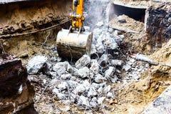 在行动的挖掘机 免版税库存照片