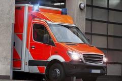 在行动的救护车汽车 库存照片