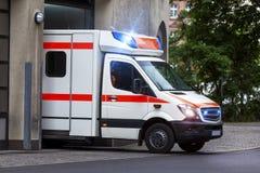 在行动的救护车汽车 免版税库存照片
