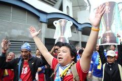 在行动的未认出的泰国足球迷 免版税库存照片