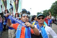 在行动的未认出的泰国足球迷 免版税库存图片