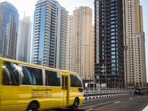 在行动的校车在迪拜,阿拉伯联合酋长国 库存图片