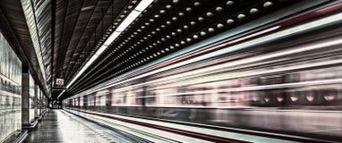 在行动的欧洲地铁运输车 免版税库存图片