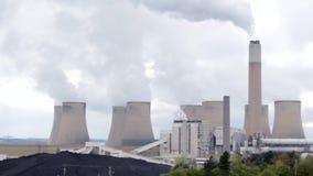 在行动的气候变化从核动力火车 滚滚向前的污染云彩为阴暗天空到达 股票视频