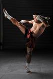 在行动的泰拳男性战斗机 免版税库存照片