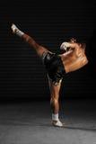 在行动的泰拳男性战斗机 免版税图库摄影