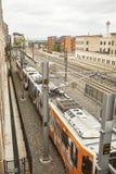 在行动的火车在共同性的千禧桥下在丹佛,科罗拉多停放 免版税图库摄影