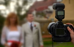 在行动的照相机由婚姻的摄影 免版税库存图片