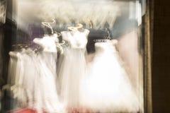 在行动的白色婚礼礼服作为抽象背景 免版税图库摄影