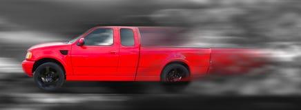 在行动的红色美国卡车 库存照片