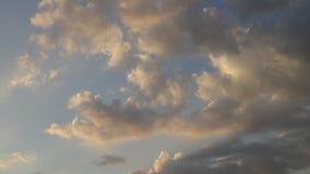 在行动的美丽的云彩在黄昏期间 股票录像