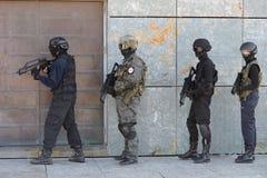 在行动的警察特种部队 库存图片