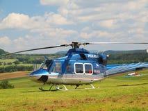 在行动的警察用直升机,推进器转动,并且机器准备飞行 免版税图库摄影