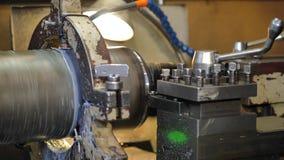 在行动的转动的车床 黄铜空白的饰面操作在翻转机的与切割工具 老转动的车床机器 股票视频