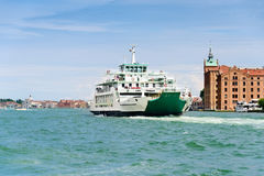 在行动的载汽车轮船在威尼斯附近 库存照片