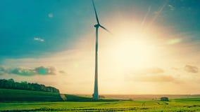 在行动的造风机在夏天太阳的背景 免版税库存照片