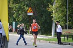 在行动的马拉松运动员在西伯利亚国际马拉松 图库摄影