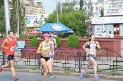 在行动的马拉松运动员在西伯利亚国际马拉松 免版税图库摄影