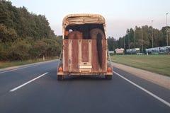 在行动的马拖车对机动车路 免版税库存照片
