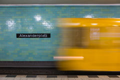 在行动的黄色地铁在柏林Alexanderplatz地铁站 库存图片