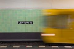 在行动的黄色地铁在柏林Alexanderplatz地铁站 库存照片