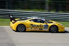 在行动的黄色法拉利458挑战EVO 免版税库存图片