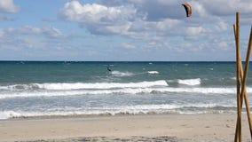 在行动的Kitesurfer在一个大风天 股票视频