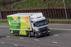 在行动的Ocado卡车在机动车路 免版税库存图片