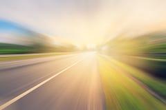 在行动迷离和阳光的空的柏油路 免版税库存图片