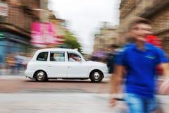 在行动迷离的传统伦敦出租车 免版税图库摄影