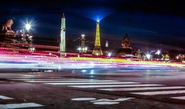 在行动迷离的看法在卢克索方尖碑和艾菲尔铁塔的背景夜 免版税库存图片