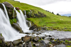 在行动迷离的Thorsteinslundur瀑布在阴暗天 免版税图库摄影