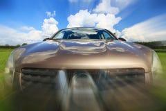 在行动迷离速度领域的汽车 免版税库存照片
