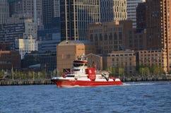 在行动NYC汤姆Wurl的343救火船 库存照片