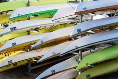 在行堆积的五颜六色的皮船 免版税库存图片