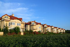 在行天空的蓝色房子 免版税库存图片