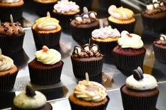 在行安排的可口杯形蛋糕 免版税库存照片