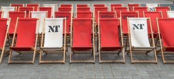在行安排的椅子 免版税图库摄影
