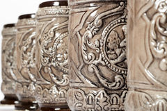 在行安置的装饰的瓦器大啤酒杯特写镜头  免版税库存图片